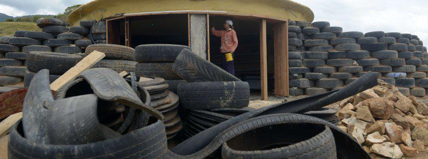 umweltaktivistin alexandra posada hat eine sinnvolle verwendung f r alte autoreifen gefunden. Black Bedroom Furniture Sets. Home Design Ideas