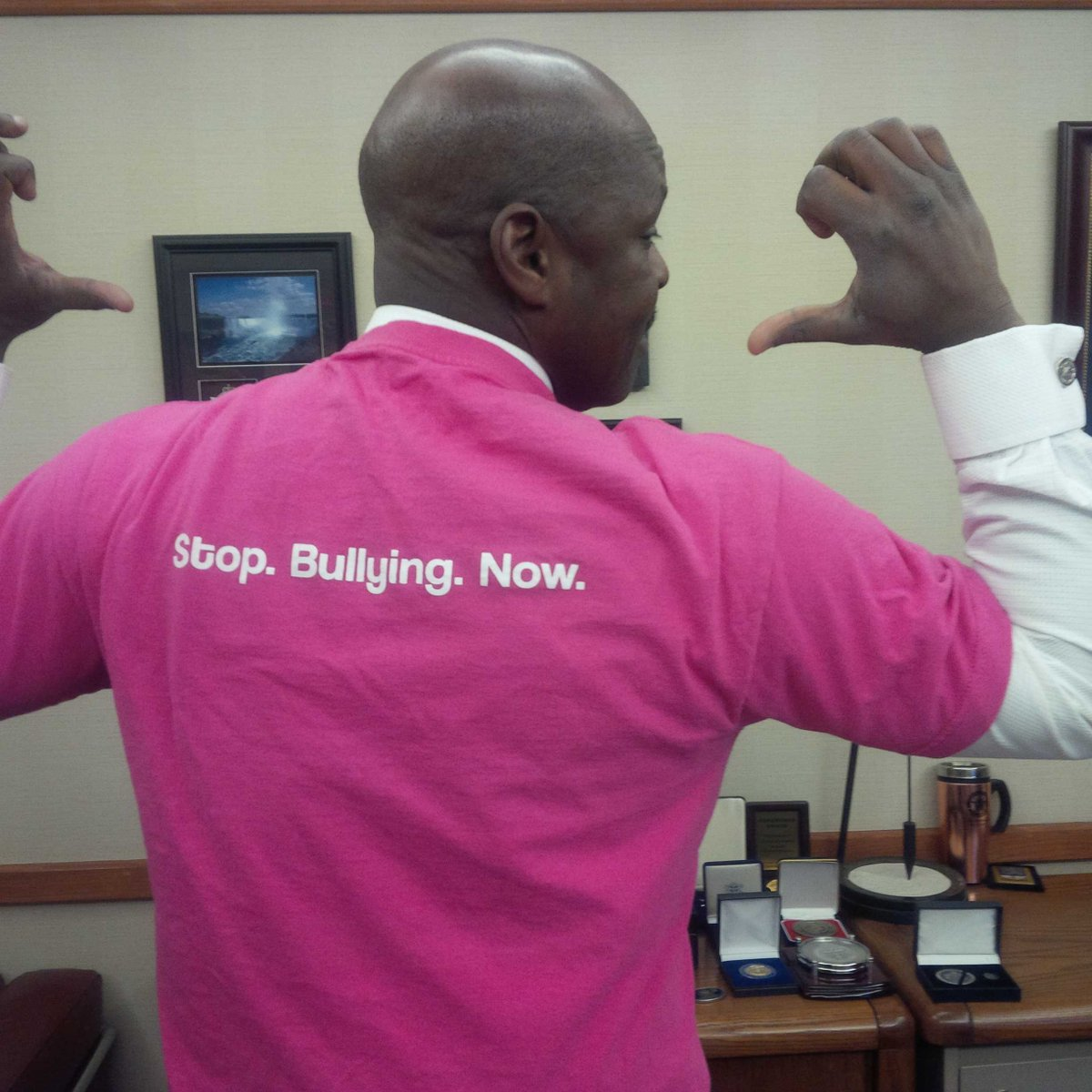 "Here is @TorontoPolice Deputy Chief @marksaunderstps getting ready for ""International Day of Pink"" #StopBullyingNow http://t.co/wY0JtpmZ4F"