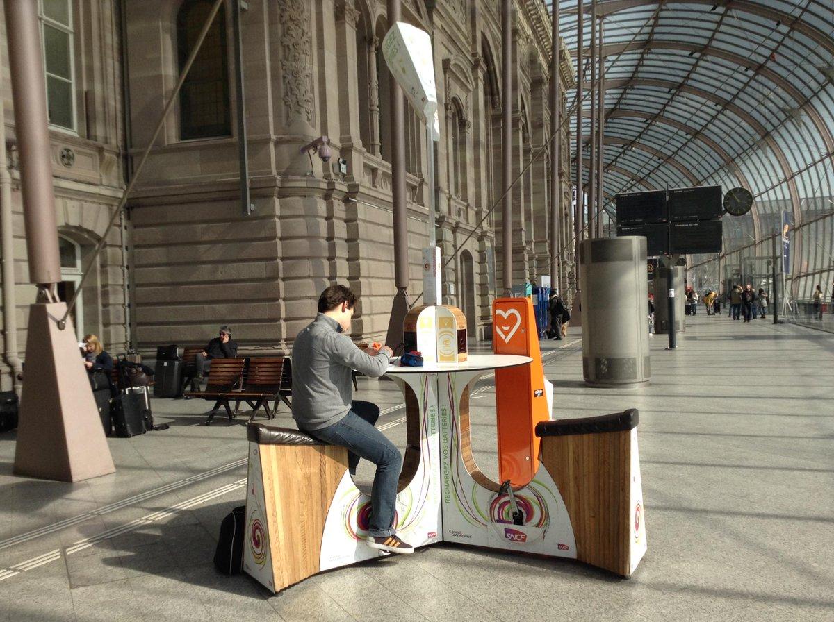 これいいね。自力で漕ぐ携帯充電器。ストラスブール駅にて。 http://t.co/D9wj9drt28