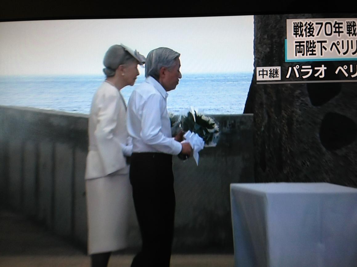 こころ震える。 RT @okarachan1212: 日本から持参した菊の花を献花される天皇皇后両陛下 http://t.co/hf2N2VLAkY