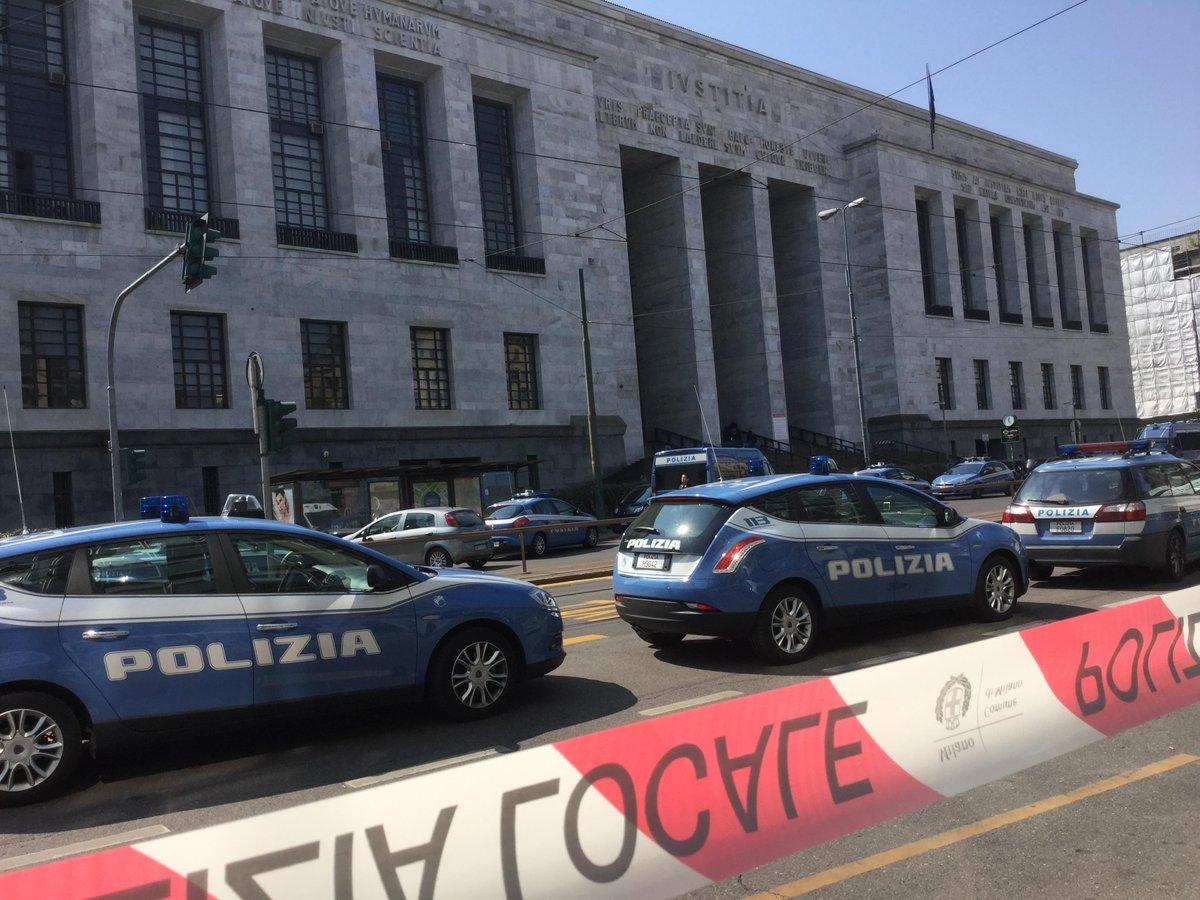 Claudio Giardiello, un imprenditore condannato per bancarotta fraudolenta, entra Palazio di Giustizia di Milano e uccide quattro persone.