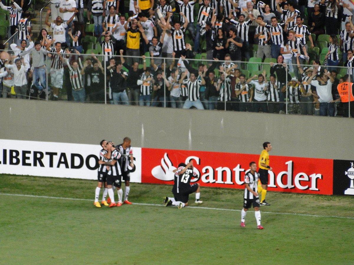 Fernando Martins  martinsymiguelCarlos comemora muito o gol. Dos titulares  em campo é o mais criticado pela pontaria irregular.  trhorto e8303411dd3df