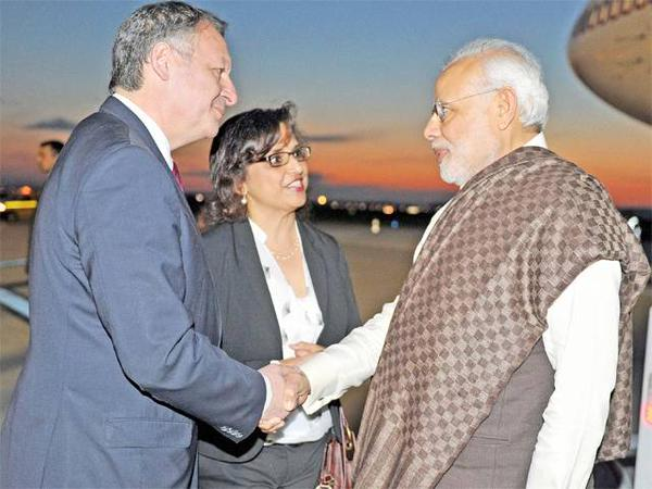 Donning a #LouisVuitton shawl, Mr Modi will make a strong bid for his 'Make in India' initiative in France http://t.co/Z6f3AhsJ1v