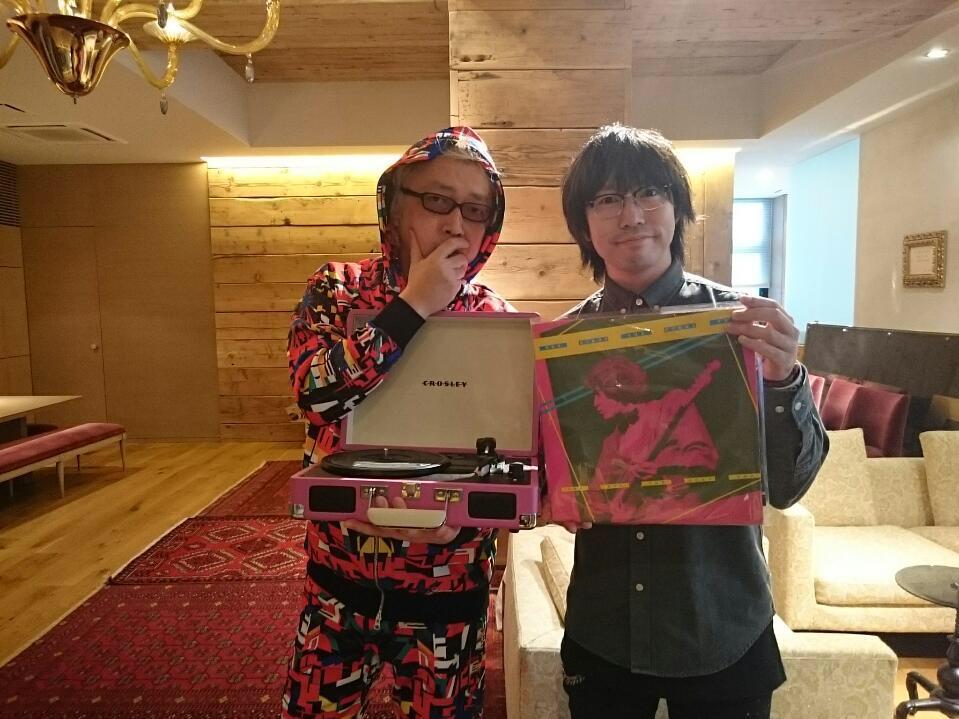 高橋優さんが突然来社。誕生日プレゼントのアナログレコードプレーヤーを届けてくださいました。写真:高橋優さんとDJ YANAI http://t.co/TyRAuJ4Yz0