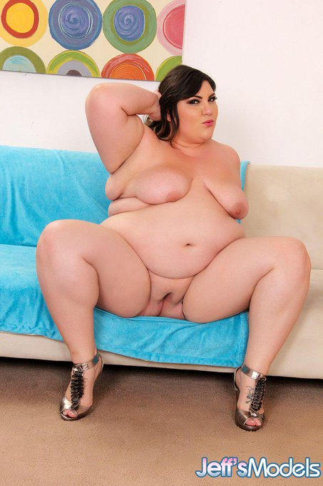 Sexy and Chunky BBW Bella Bendz opens her legs wide for your pleasure.! @bellabendzxxx @JeffsModels #bbw
