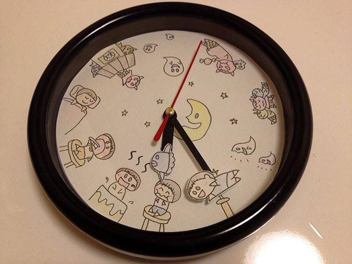娘時計夜verを作ってみた。6時に晩御飯。7時にお風呂。8時に歯磨き。9時に就寝。起きてるコは鬼に囲まれちゃうよ!お化けが出て、鬼に食べられるよ、て時計。分針に娘が飛んでるアイコン、時針に娘のマークマンボウ。保育園から帰宅後の時計。 http://t.co/GCCJBS4h2c