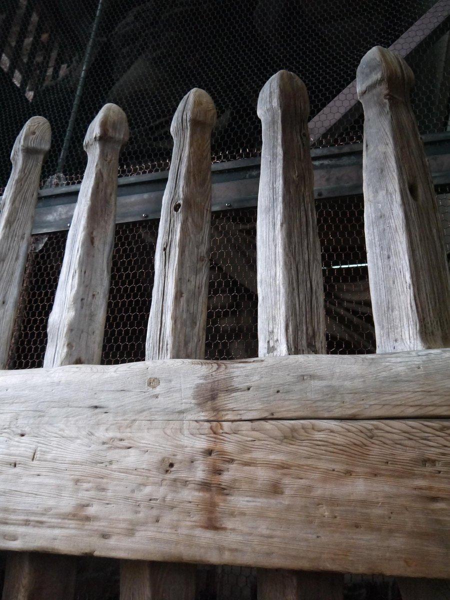 東大寺、国宝・金剛力士像の阿形像の木製の柵についた液体の跡、「アロマオイルの香りがした」と報道があり、確かめにいった。嗅いでみると、匂袋にも似た白檀系の香り。宗教儀礼などに使う香油の一種ではないだろうか。@ryomichico http://t.co/kgOysIrm4w