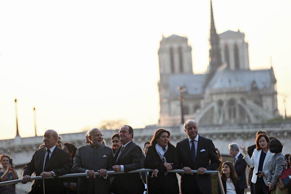 Avant le dîner d'État, @fhollande et @narendramodi ont visité @Paris en bateau >>> http://t.co/6iTbF21Q5h #Reportage