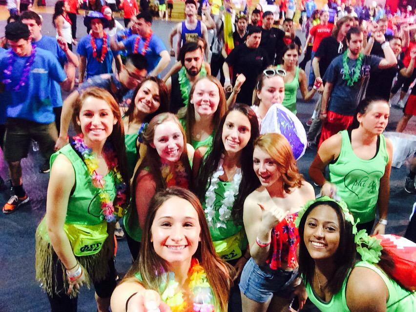 1st theme hour at #RUDM2015! We're at the BEACH!! And we're still dancing!! #FTK #selfiestick #hour2 http://t.co/Cov6GTIeTU