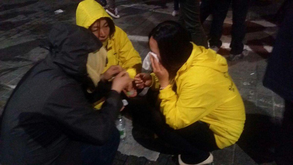 [세월호 참사 1년, 기억하라! 행동하라!] 11일 오후 9시 55분 현재, 경찰이 시민과 세월호 유가족 할 것 없이 액체 캡사이신과 최루액을 무차별적으로 살포하고 있습니다. http://t.co/1cGnhV7yUi