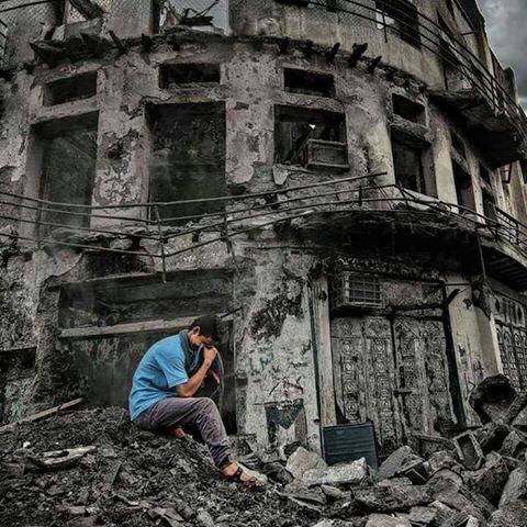 Junge sitzt vor seinem ehemaligen Haus im Crater-Viertel in Aden #Jemen