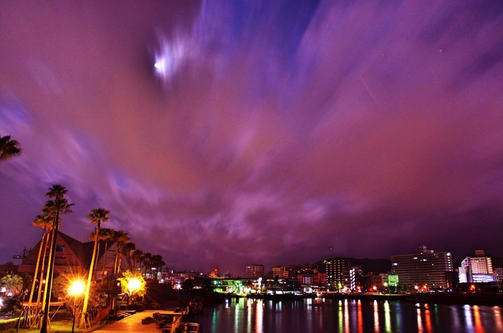 桜島フェリーに乗って鹿児島市内に到着( ;´Д`)今日の噴火は激しかった火山灰が鹿児島市内方面え流れてきています…特に天文館、北埠頭、新港付近は走行中の車で灰が舞い上がってます pic.twitter.com/GH9E48hhHi