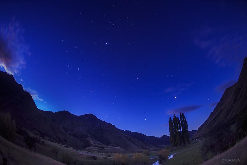 日が暮れると日本で見るのとは違った位置に星が輝き始めます。オリオン座が逆さなのがわかりますか? これは北の空です。 pic.twitter.com/YCqHaNk4R9