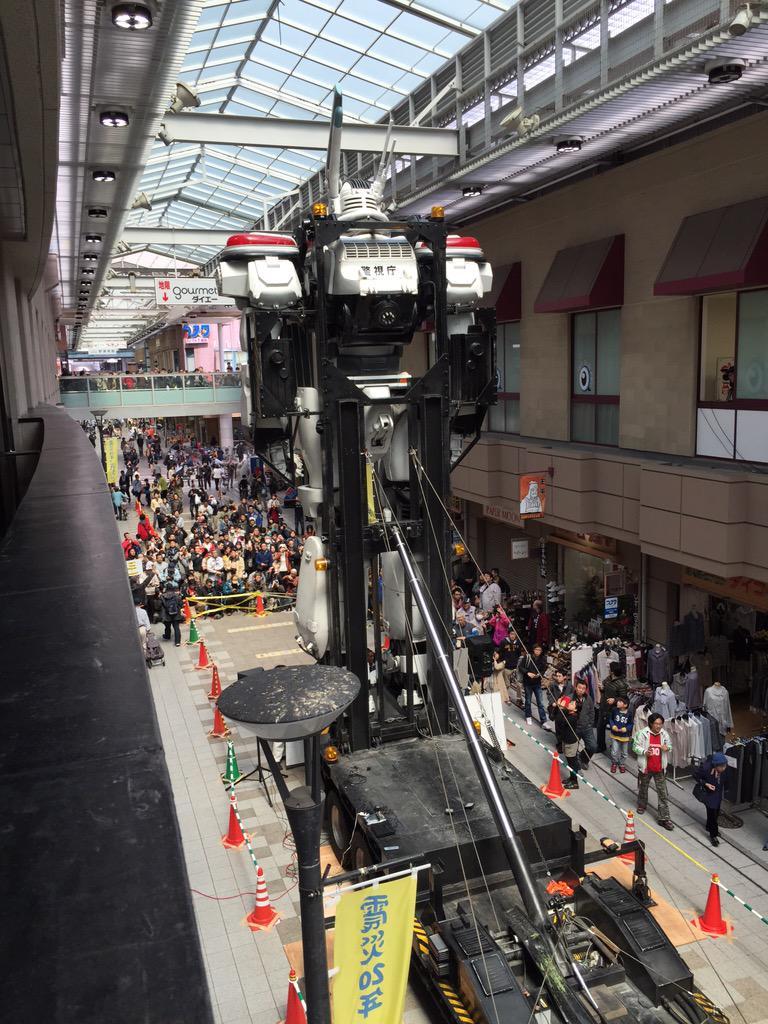神戸長田 大正筋商店街 神戸アニメストリート デッキアップスタート‼︎ すごいぞイングラム、アーケード内でギリギリ立つ‼︎二階からはド迫力の至近距離イングラム‼︎こんな近くで見れるなんて後にも先にもここだけだ⁈ #TNGパトレイバー