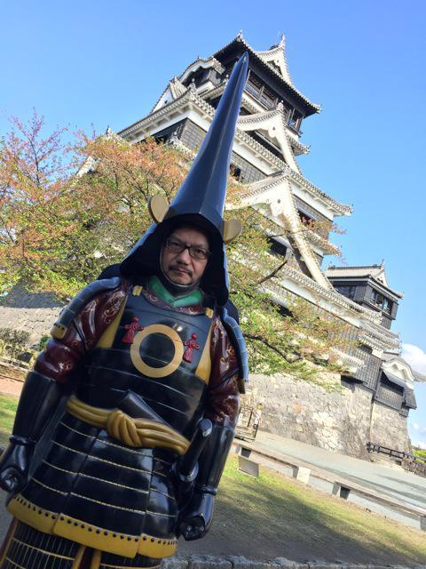 熊本にいる監督から写真が届きました。加藤清正公らしいです。後からネットの写真見たら顔嵌め込みパネルの進化版で、立体になってる鎧が設置してあるんですね。てっきり貸し出しのプラスチック着ぐるみみたいなやつかと思いました。モヨコ pic.twitter.com/v7nJ4d5zfa