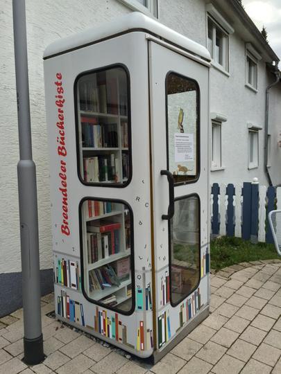 ドイツではもう使わなくなった公衆電話のボックスを本をシェアできるスポットに変えている。一冊取っていく際には、一冊寄付する、というシステム。Good idea! s. pic.twitter.com/WpRvflnBCn