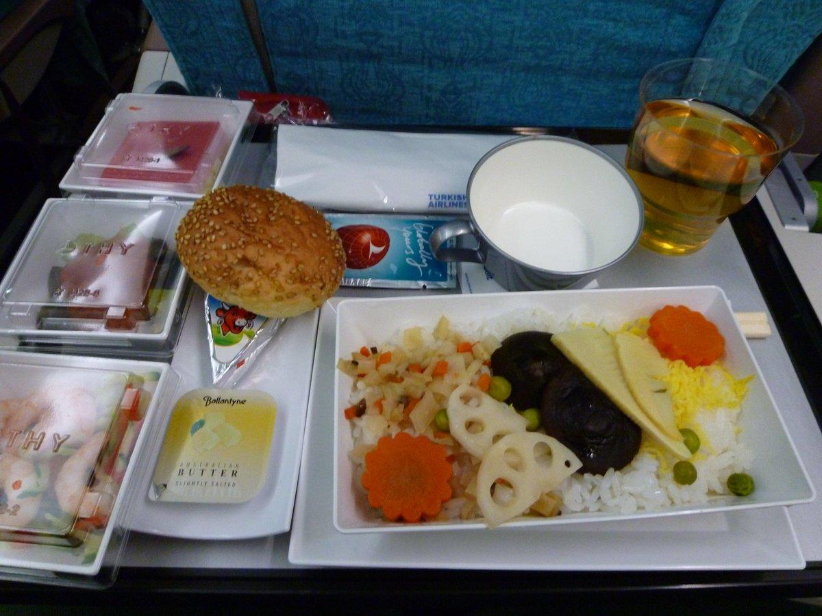 トルコ航空の飛行機に乗ったとき「FISH or OKONOMIYAKI?」と聞かれて「OKONOMIYAKI」と答えたら出てきた機内食です。 pic.twitter.com/aZpYIKr3aL