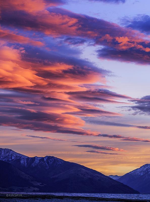 朝焼けのレンズ雲群。満天の星が薄明に消えたあと、鮮やかに雲が映えるのを眺めるのも楽しみです。 pic.twitter.com/fPvLl0G9Wq
