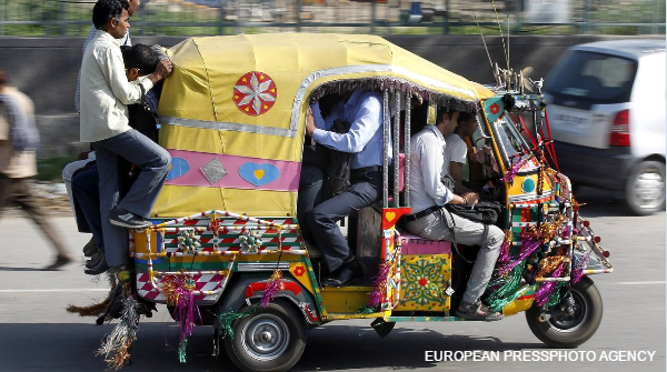 Uber to offer rides in three-wheel auto rickshaws in Delhi. Customers can pay cash http://t.co/x4TbTySuTk http://t.co/mEy6NN4sbM