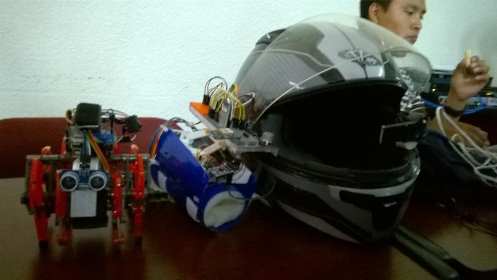 #Tormes con su pulsera y casco #spaceapps #sensoryourself #robotics http://t.co/jk5LwEXqYK