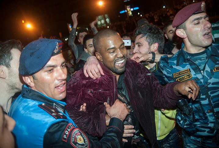 Kanye West surprises Armenian fans by performing an impromptu concert in the middle of a Yerevan lake. http://t.co/jxoYycxk1i