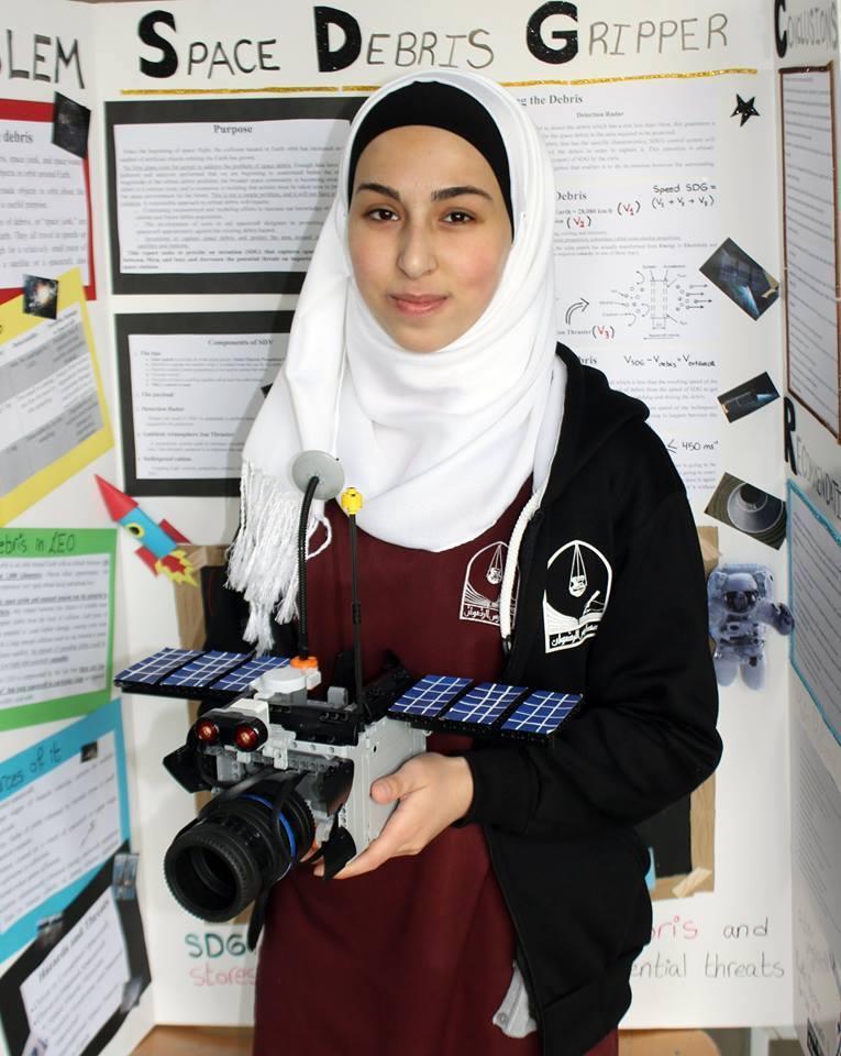 """الطالبة الأردنية دانا عربيات تتأهل لمسابقة """"إنتل"""" في بنسلفانيا عن مشروع حول تنظيف الفضاء من مخلفات الأقمار الصناعيّة. http://t.co/QY45Dcasgv"""