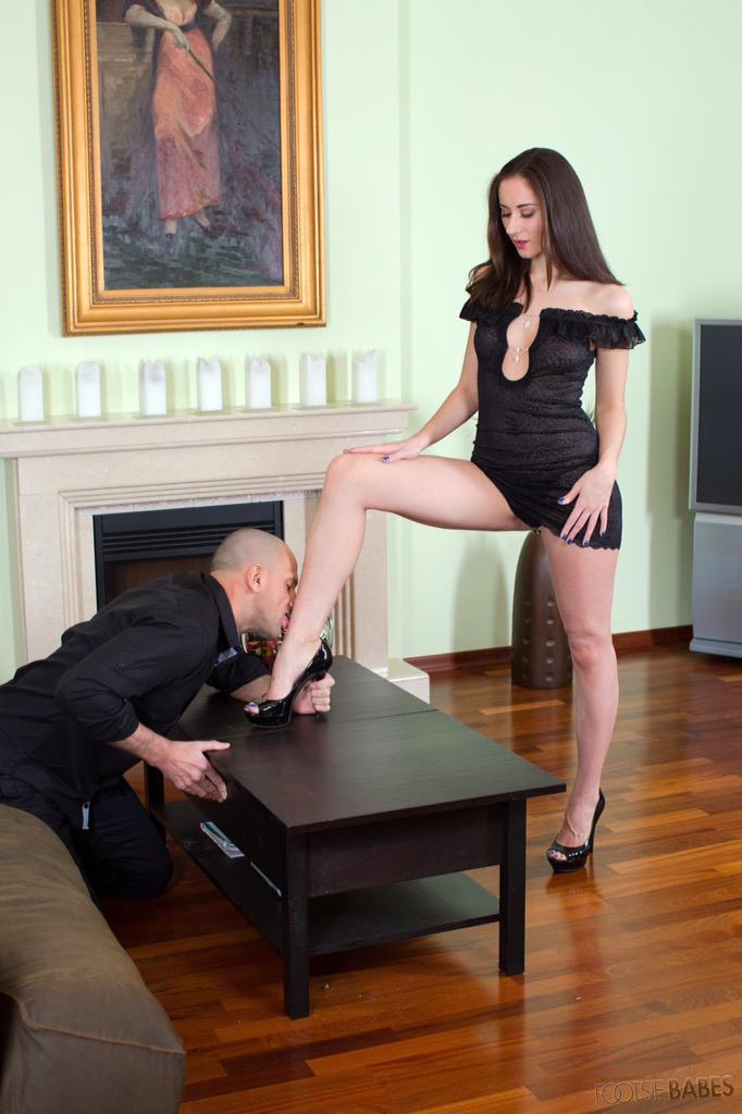 целует ноги госпожи фото