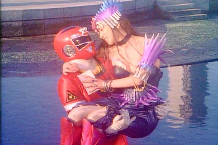 カーレンジャーで1番の見どころは、敵組織の美女ゾンネットの陣営を越えた恋愛。でも変身前の人間でなくレッドを好きなわけだから、ゾンネットに惹かれ始める恭介(レッド)が思い悩むっていう正義のヒーローのイケナイ太陽ナーナナー http://t.co/n4WbyZPdQJ