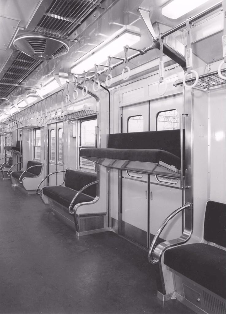 4月14日は「椅子の日」だそうなので、日本初・昇降式座席付きの京阪電車•5000系の座席が昇降している時の画像をどうぞ#鉄道 #京阪 pic.twitter.com/3LCpPoXJbf