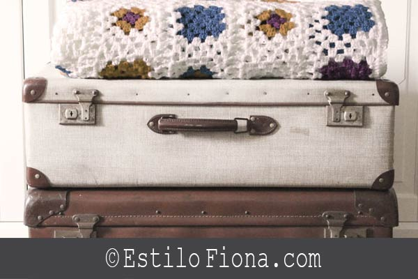 maletas vintage + mantas de ganchillo = decoración  http://t.co/Y8SSKGTTI3 http://t.co/tibNfLD1Vk