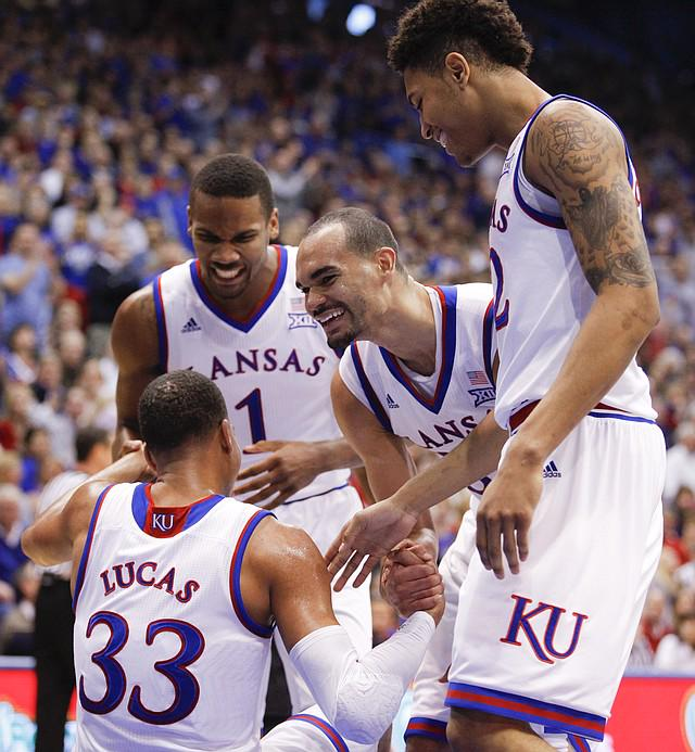 Perry Ellis announces he will return to Kansas for senior season #kubball  http://t.co/49lBXAsdSd http://t.co/pGffd38EMQ