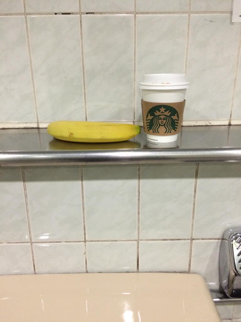 駅のトイレにスタバとバナナがあるw http://t.co/nHQwivZcuI