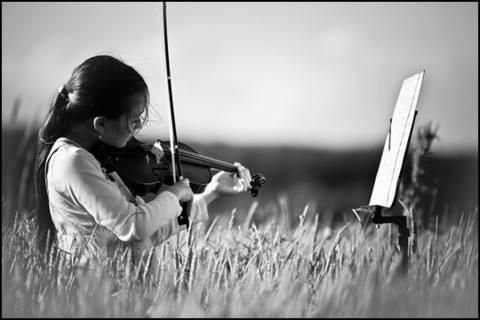 فجرت مطربة مغربية مغمورة موجة سخرية بفيديو - تداوله نشطاء لها- وهي تحمل عازف  الكمان أثناء الغناء في حفل فني.