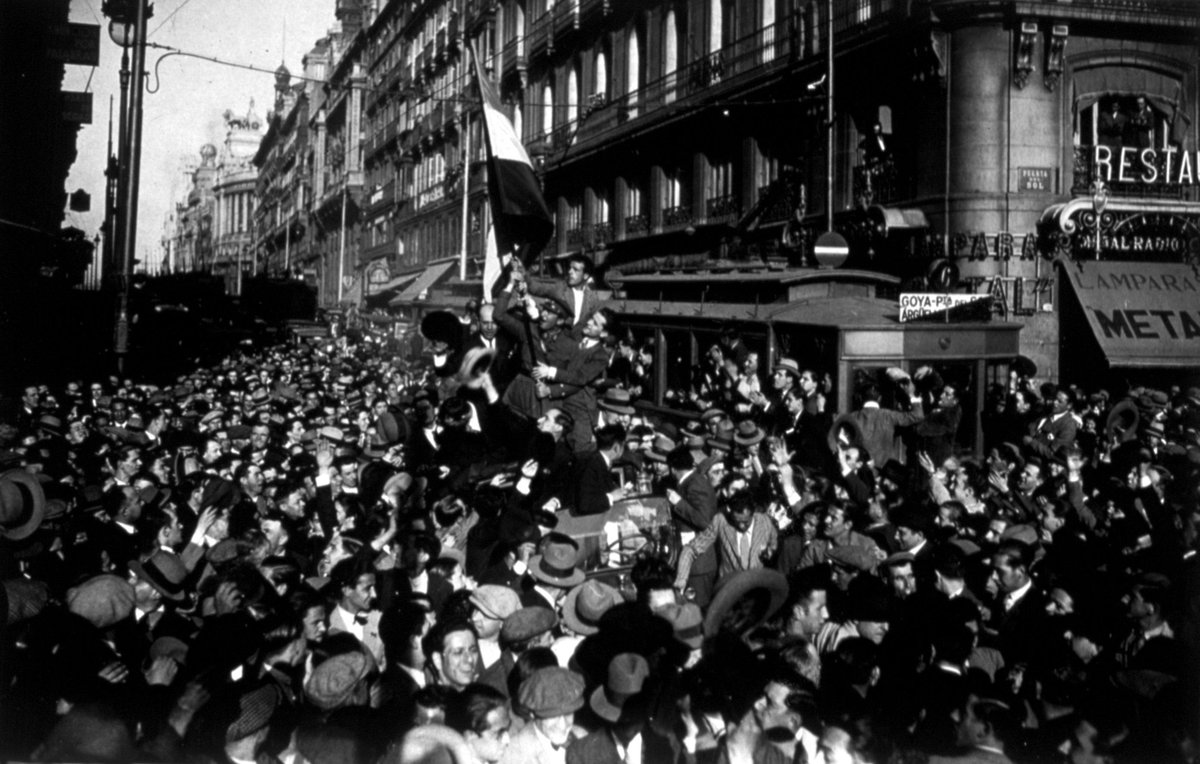 """#Hemeroteca """"La gente se quiso como nunca"""" http://t.co/4b6w3dlmHy Ellos vieron proclamarse la República el #14deAbril http://t.co/rfPHliDkDv"""