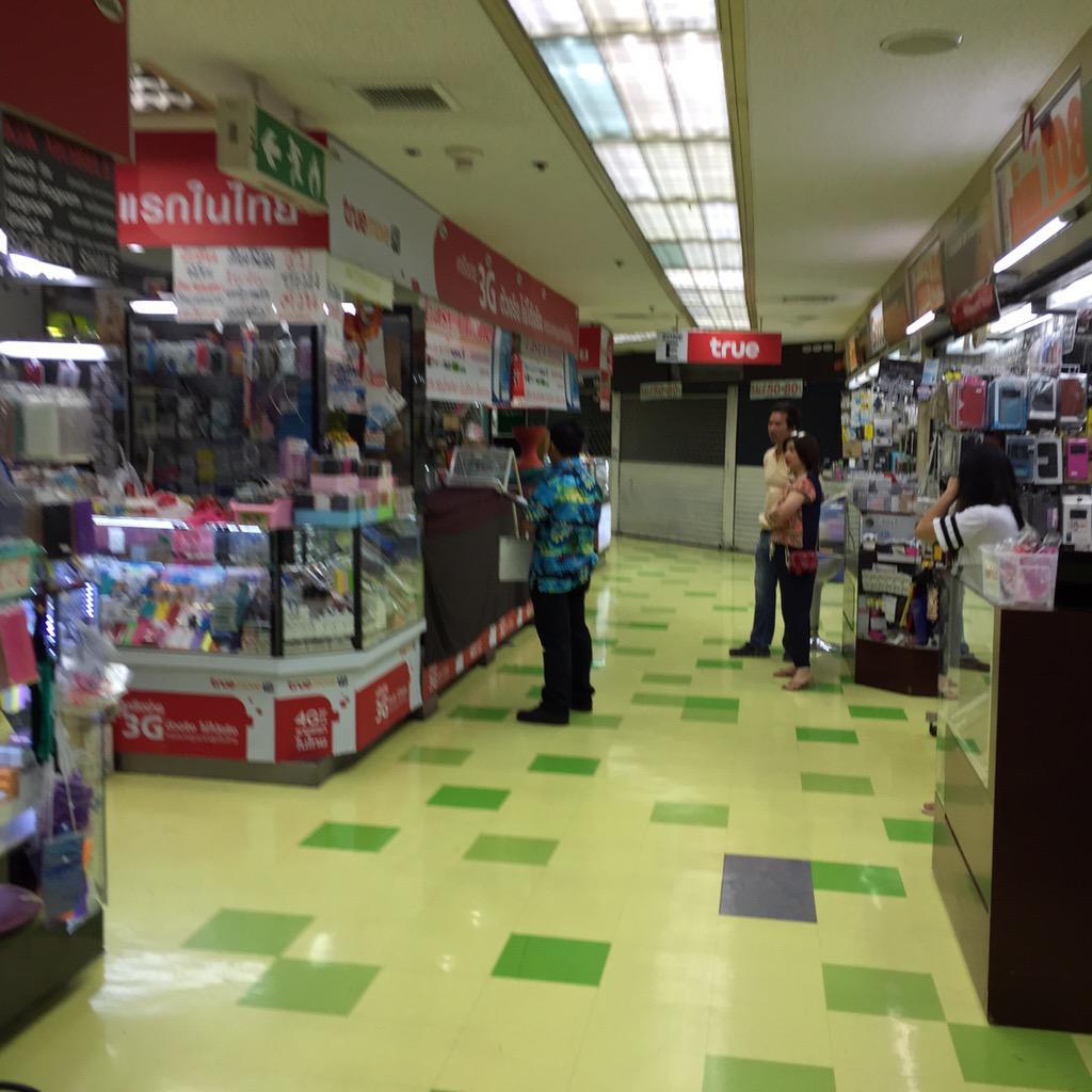 พนง. MBK เดินถ่ายรูปร้านที่มาสาย เตือน 4ครั้ง/เดือน ปรับครั้งละ 500 บาท ต้องเปิดก่อน 11 โมงและ ปิดหลัง 2 ทุ่ม http://t.co/8RCVNXzs2x