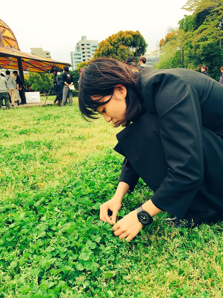 四葉のクローバーを探す大島優子