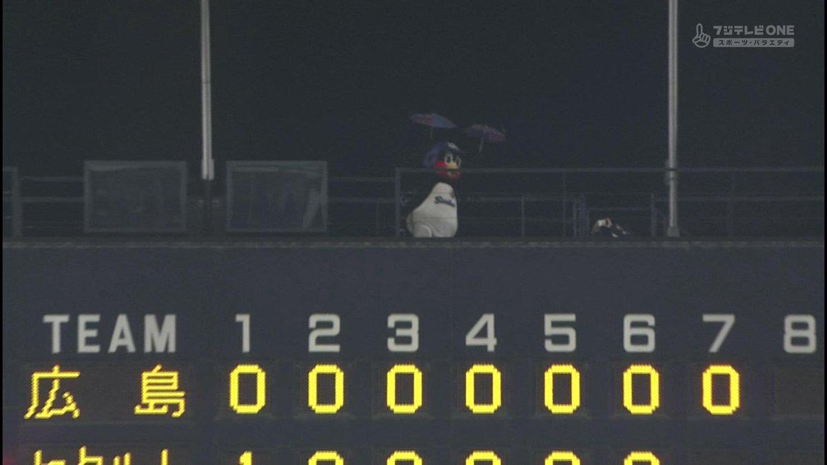 スコアボードの上にペンギン出没 pic.twitter.com/zkR2HoiBmO