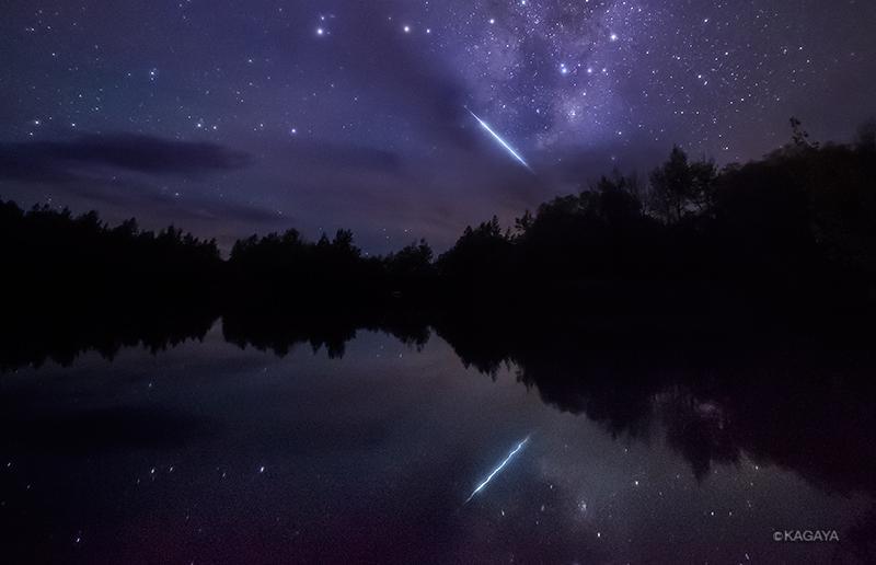 天の川を渡る流星。天の川を映したくて鏡のような水面を求めてさまよいました。撮影を始めるとハッとするような流星が飛び入り。(ニュージーランド、テカポ近郊にて) pic.twitter.com/jNoLsaZip5