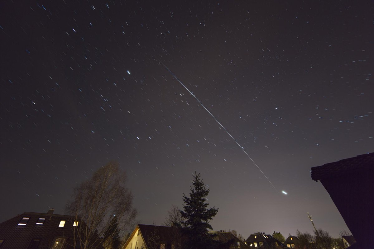 #ISS and @AstroSamantha at 20:15 UTC over #Munich yesterday night :) https://t.co/BzybUaBpC5 #SpotTheStation http://t.co/VL9gSXMrpb