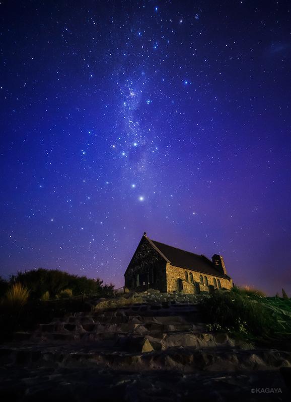 ニュージーランド、テカポ湖の湖畔にある、善き羊飼いの教会。立ち上る光の帯が天の川、中央付近に南十字が写っています。(昨晩撮影) pic.twitter.com/aGiflQDL3U