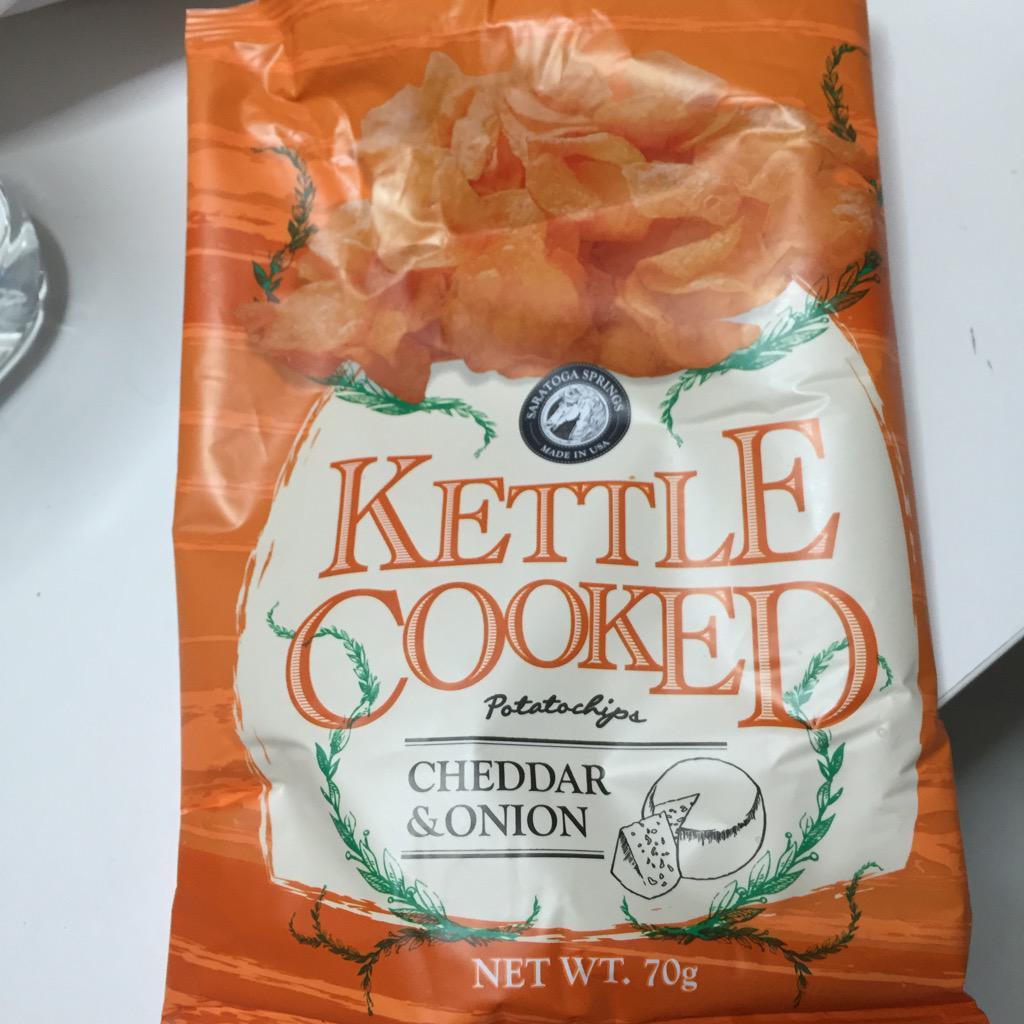 この前まずりん先生がツイートしていたポテトチップス、今日カルディで見かけたから買って、夕食後に何枚かだけ味見しようと食べ始めて気づいたら袋の底にこびりついた粉まで飲み干してた。本当にうまいが危険すぎる食べ物だった。 http://t.co/gOxYPzUgev