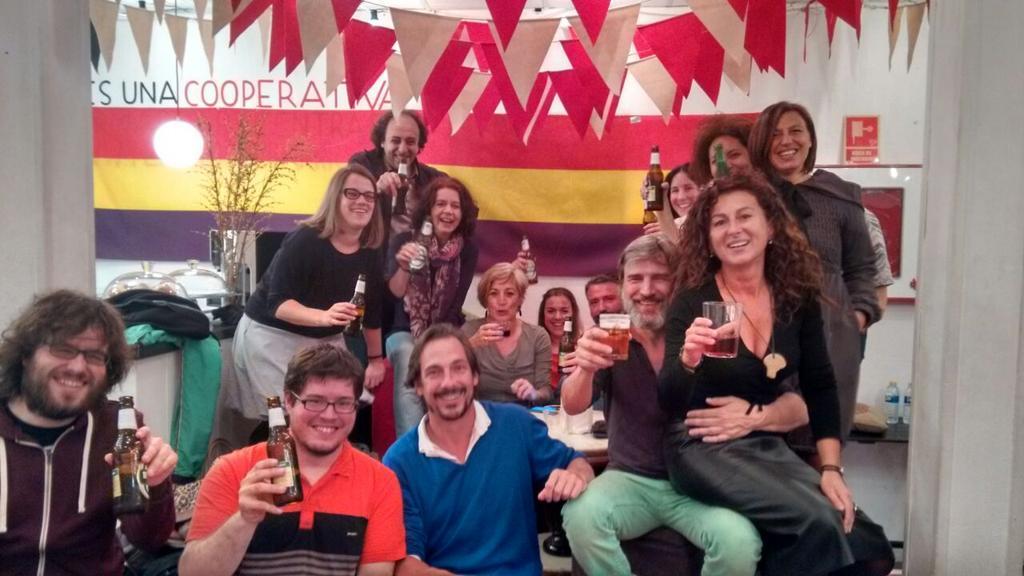 En el @teatrobarrio  brindamos por la caída de los chorizos. Que sean muchos más #FueraLaMafia17A http://t.co/0vgMKk67iH