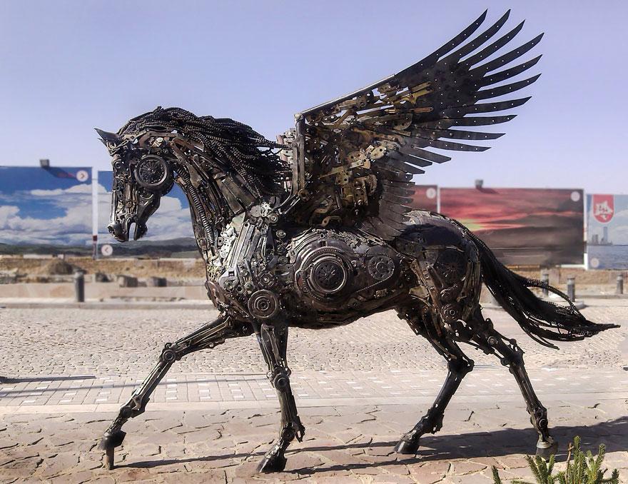 """イランの才能ある彫刻家が作り上げた、自動車部品など何千の「スクラップメタル」を組み合わせたスチームパンクのペガサス""""。歯車や鉄くずだけでここまで躍動感""""を表現しているのが凄いわ。boredpanda.com/steampunk-scul… pic.twitter.com/6NVUbPEg29"""