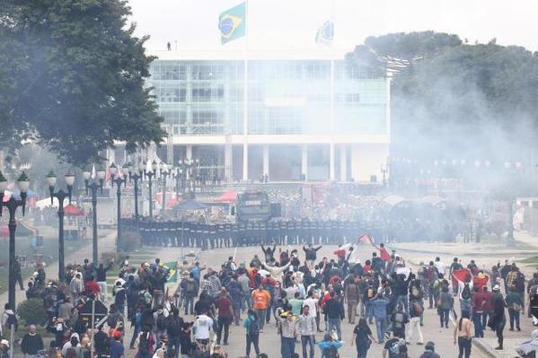 Более 200 бразильских учителей получили ранения при разгоне акции протеста в штате Парана