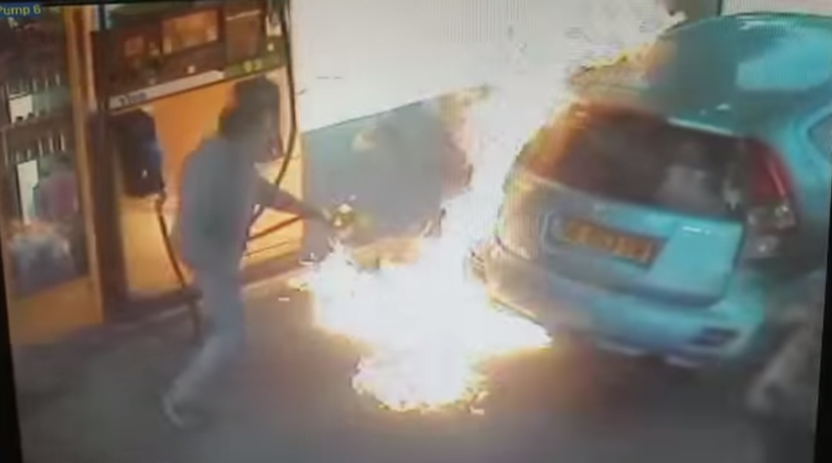 На заправке зажигают муж и жена американцы, как мужчины сосут соски женщинам видео