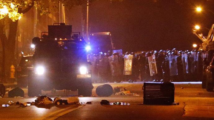 Baltimore riot: Police vs protesters http://t.co/uqYrC2hUBQ http://t.co/5CNcB3Npov