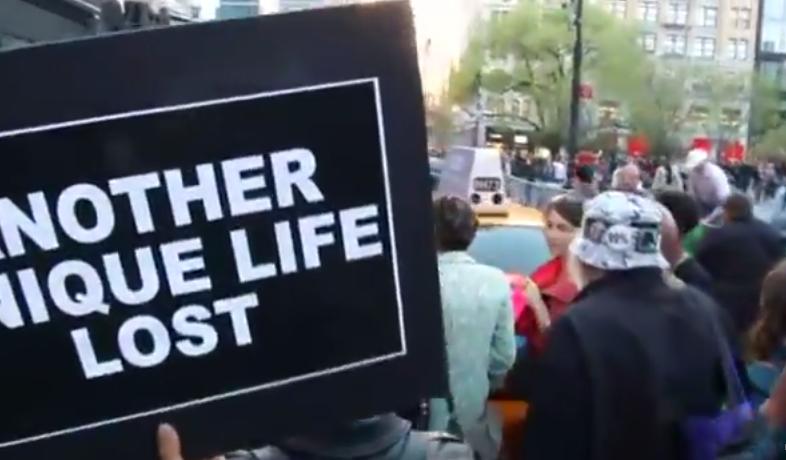 Vidéo du jour : des centaines de personnes à New-York en soutien à Baltimore http://t.co/c1XH3gAIQL  http://t.co/1MJs3ekUTK
