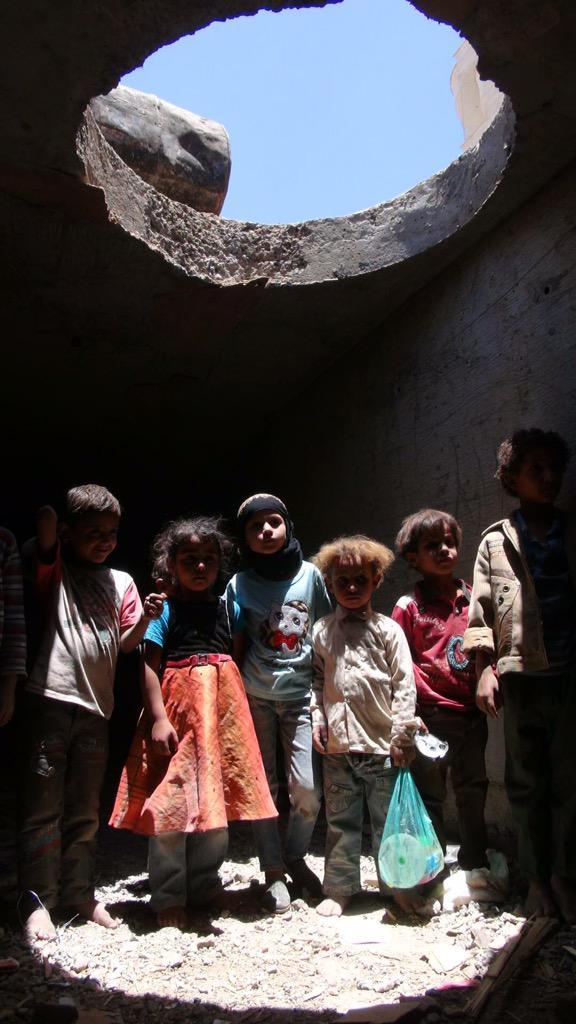 لاجئين فج عطان يعيشون في مجاري #صنعاء - تصوير: كريم زارعي #اليمن http://t.co/hxFCkiybcr
