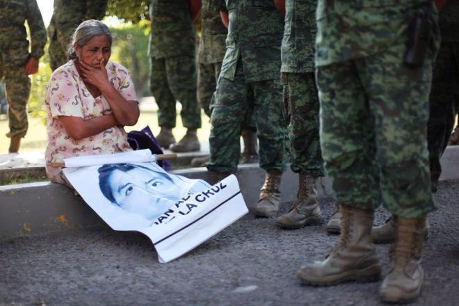 Las valientes Fuerzas Armadas: 1. Contra padres de #Ayotzinapa. 2. #NarcoBloqueos de hoy. http://t.co/AbvTFqc3q9