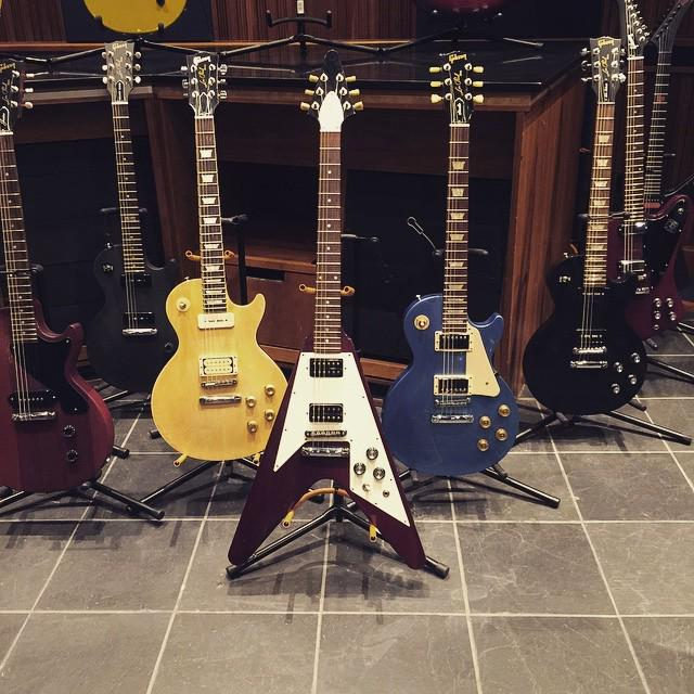Hanging out with some guitars and @gibsonnyny http://t.co/0KrXSColZC http://t.co/tT7mA8ykIV